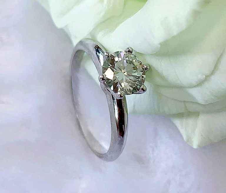 Кольца из серебра с муассанитом